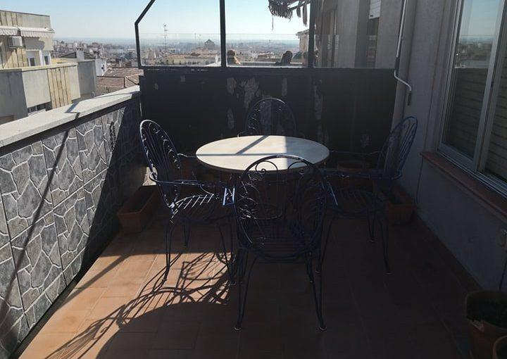 La terraza con vistas a la sierra y una silla que siempre estarávacía