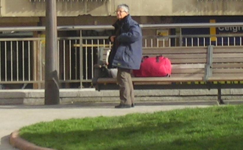 La misteriosa dama de la maleta roja que durmió un gélido invierno en unportal