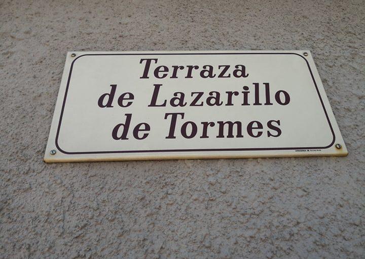 Los besos y las cigüeñas que sobrevuelan la terraza de 'El Lazarillo deTormes'