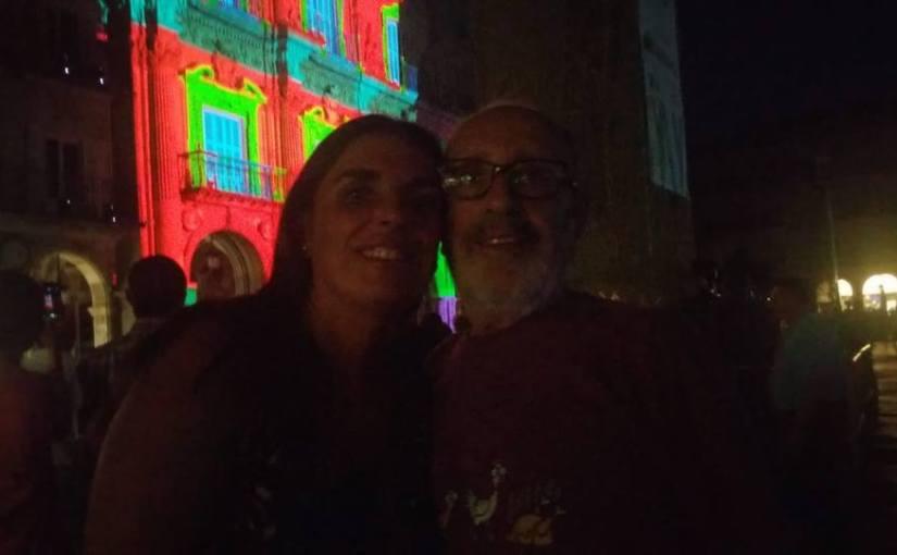 De risas y sonrisas en medio de la mágica luz de la Plaza Mayor deSalamanca