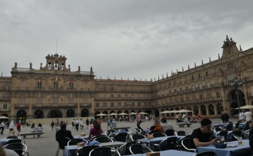 La maravillosa estampa de tu Plaza Mayor en un atardecer nublado yestival